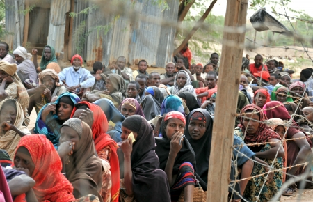 Dadaab, SOMALIA - 7. August Unbekannte Frauen und M�nner leben in den Fl�chtlingslager Dadaab Hunderttausende von Somalis auf Hilfe warten, weil der Hunger am August 7, 2011 in Dadaab, Somalia