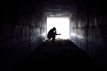 Mann wartet Armen zu helfen, Einhand