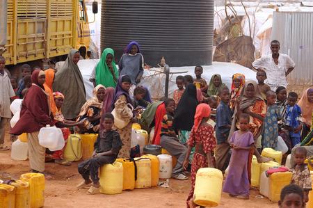 Dadaab, SOMALIA - AUGUST 07 Die Fl�chtlingslager Dadaab, Hunderttausende von schwierigen Bedingungen, Somali Einwanderer wohnen afrikanischen Menschen warten, um im Wasser 7. August 2011 in Dadaab, Somalia bekommen Editorial