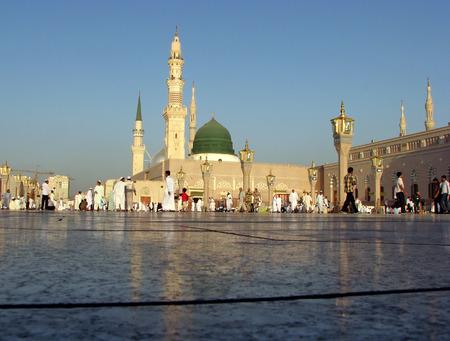 would: MEDINA, ARABIA SAUDITA KSA - 8 ottobre musulmani si preparano a pregare intorno Nabawi Mosque 8 OTTOBRE 2007 a Medina, KSA musulmani provenienti da tutto il mondo visitano questo luogo farebbe