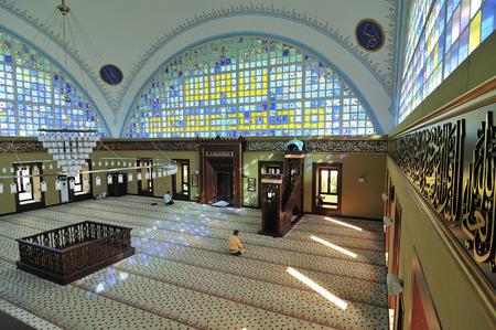 fidelidad: ESTAMBUL, Turquía - 04 de julio musulmanes que rezan nueva mezquita Istoc del 04 de julio de 2012 en Estambul, Turquía Istoc nueva mezquita en los últimos 30 años, una de las mezquitas de estilo moderno