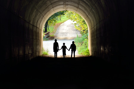 tunel: silueta de la familia en la iluminación posterior