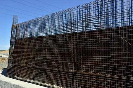 rejas de hierro: preparados para la construcción de la construcción de puentes de acero