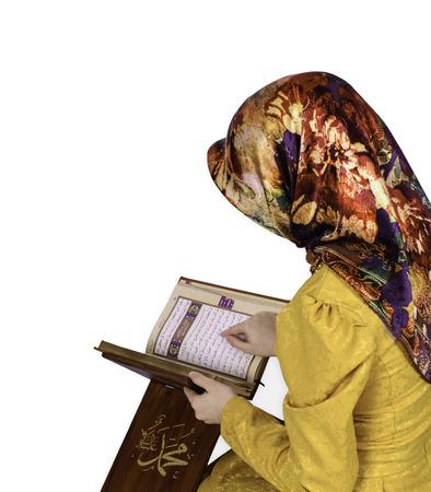 Frau In Hijab Koran lesen auf einem weißen Hintergrund