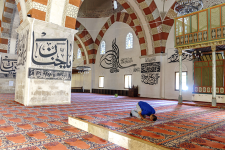 edirne: EDIRNE - TURKEY, JULY 12: Undefined muslims praying in Edirne Old Mosque on july 12, 2016. The Old Mosque is an early 15th century Ottoman mosque in Edirne, Turkey Editorial
