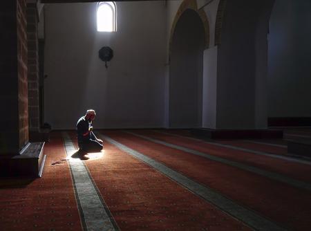 기도 후에 신비로운 환경에서기도하는 이슬람교도