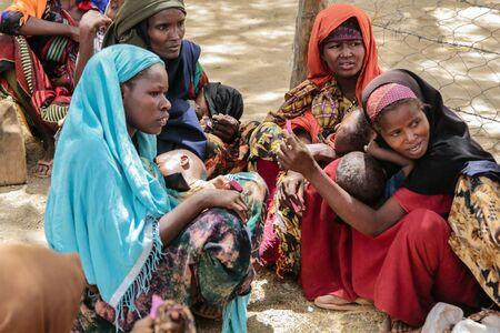 DADAAB, SOMALI - AUGUSTUS 8: Niet-geïdentificeerde vrouwen, mannen en baby's leven in het vluchtelingenkamp Dadaab. Honderdduizenden Somaliërs wachten op hulp vanwege honger op 8 augustus 2011 in Dadaab, Somalië.