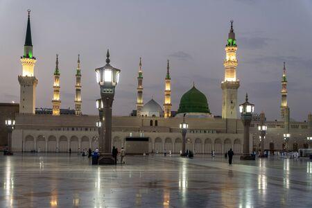 MEDINA, SAUDI-ARABIEN - 26. JUNI: Muslime marschieren vor der Moschee des Propheten Mohammed am 26. Juni 2019 in Medina, KSA. Das Grab des Propheten befindet sich unter der grünen Kuppel.