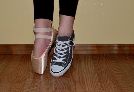 zapatillas ballet: zapato de ballet y zapatilla de deportes, tanto usados ??por bailarina de pie de puntillas