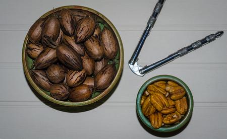 Pekannüsse, in der Schale und geknackt. Gesunder nahrhafter köstlicher Snack der organischen Faser. Frischer Herbstsnack. Standard-Bild - 90806834