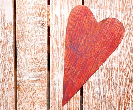 Rustikales rotes Herz auf Palette Holz Standard-Bild - 93536771