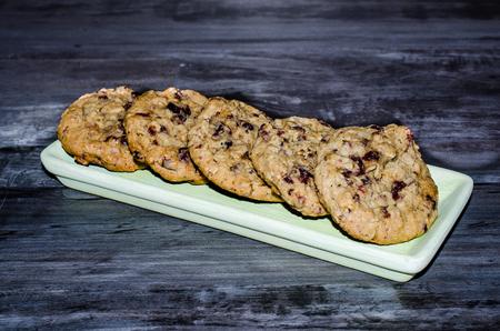 Teller mit rustikalen Haferflocken Cranberry Cookies . Süßes leckeres köstlicher Snack Standard-Bild - 95323083