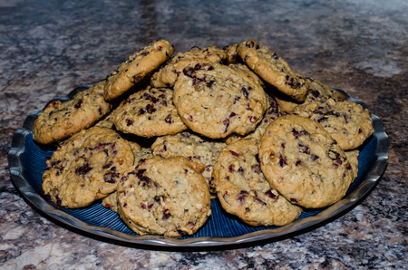 Plate filled with fresh baked Oatmeal Cranberry Cookies. Sweet hearty rustic delicious sweet treat or dessert. Standard-Bild - 95363654