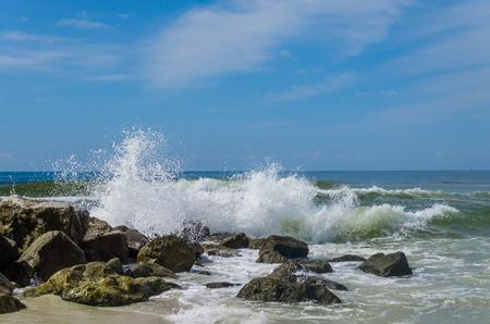 Tropische Ozean Strand Wellen auf Shoreline Rocks und Sand abstürzt . Panoramische Energie und der Architektur auf Bild . Reiseziel Reiseort Standard-Bild - 95687677