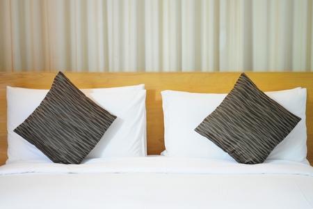habitacion desordenada: Almohadas en cama  Foto de archivo