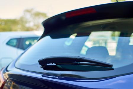 ventanas: Los limpiaparabrisas traseros del coche azul