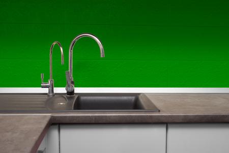 Spüle und Wasserhahn aus Edelstahl in der Küche