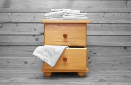 arredamento classico: cassettiera in legno con telo da bagno
