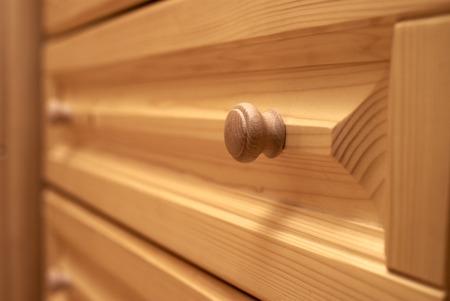 arredamento classico: mensola cassa di legno del primo piano