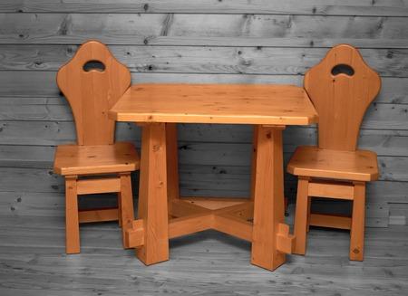 silla de madera: silla de madera simple en la sala de madera