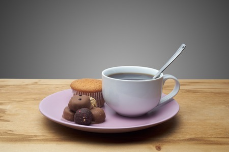 arredamento classico: cupcakes with chocolate on the plate
