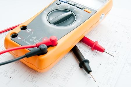 ingenieur electricien: V�rification du circuit par Multi-Meter. Ing�nieur �lectrique durant unit� de v�rification de carte de circuit imprim� par Multi-Merer