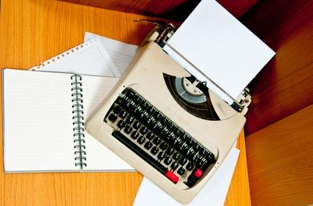 M�quina de escribir de la oficina que est� ocupado en el negocio en tiempo de trabajo Foto de archivo - 12392652