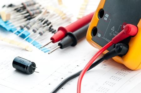 electricista: Comprobaci�n del circuito en un Multi-Meter ingeniero el�ctrico en la unidad durante la verificaci�n de circuitos en un Multi-Merer