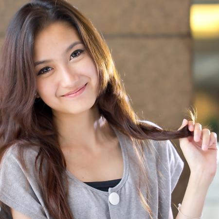 肖像画のスタジオで美しいアジアの少女