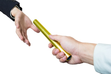 staffel: Geschäftsmann schicken goldenen boton zu einem anderen auf weißem Hintergrund