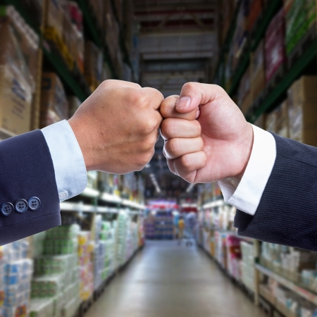 coordinacion: Dos Empresario tocar la mano para trabajar la coordinaci�n Foto de archivo