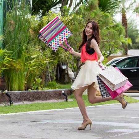 compras chica: Las mujeres asi�ticas en la celebraci�n de una gran cantidad de bolsa de compras en el mercado estupendo