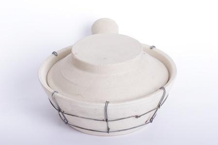 olla barro: pote de arcilla chino con fondo blanco