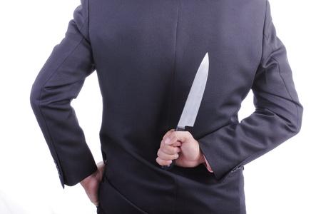 double cross: Businessmans azienda coltello con sfondo bianco