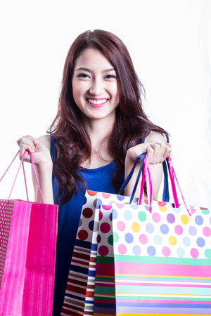 Asiatische Frauen auf, die eine Menge der Einkaufstasche in Supermarkt