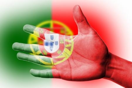 drapeau portugal: Acclamation fan avec la peinture drapeau national Portugal avec votre main avec votre main pour �gayer votre sport national