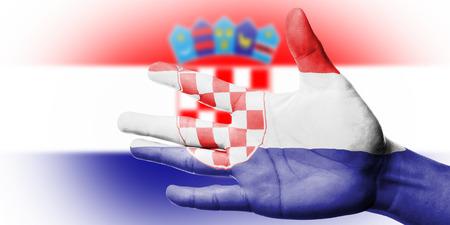 flag croatia: Animando ventilador con Pintura bandera nacional Croacia con la mano con la mano para animar a su deporte nacional