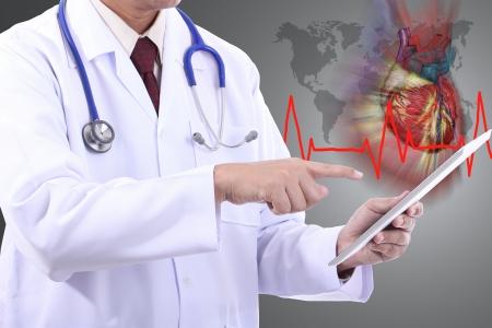 Medico in possesso di touch pad per il controllo cardiaco del paziente con sfondo bianco