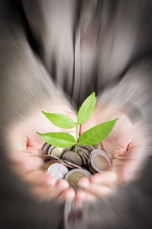 Geschäftsmann Abdeckung wachsende Pflanze mit Münze Geld
