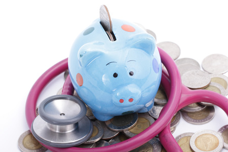 Blau Sparschwein mit Stethoskop für überprüfen Sie Ihre Finanzen Lizenzfreie Bilder