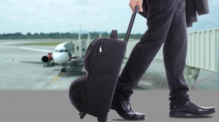 mujer con maleta: los viajeros de negocios, caminando sobre el mar en el mundo