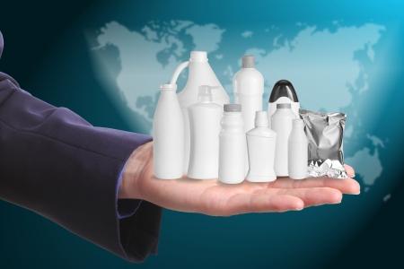 Geschäftsmann halten täglich Produkte rund um die Welt Lizenzfreie Bilder