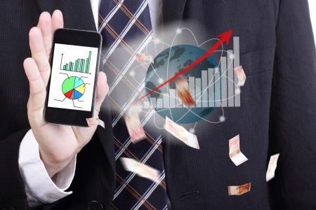 alto rendimiento: El hombre de negocios que sostiene el tel�fono inteligente para la demostraci�n de alto rendimiento en todo el mundo