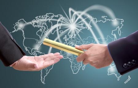 Geschäftsmann senden goldenen boton für den Wettbewerb mit Welt Geschäft in Teamwork-Konzept
