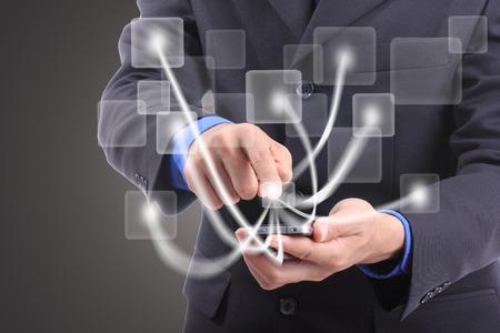 Utilice toque de un dedo de teléfonos inteligentes para el producto pedido en línea en el estudio