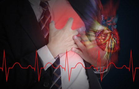 enfermedades del corazon: Ataque al corazón, Uso mano agarrando un pecho con el fondo blanco