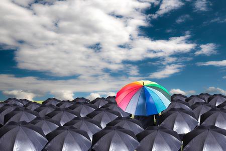 青い空と別のショーのための赤い傘を保持しているリーダー