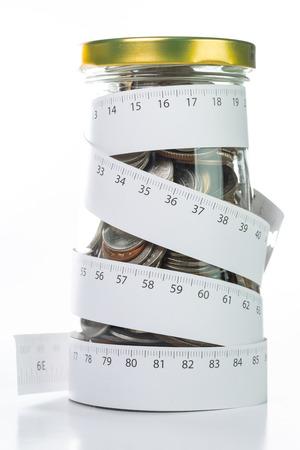 Geld storten door tape te meten om uw budget te bepalen.