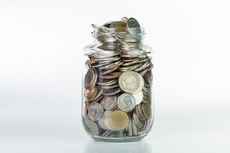 einsparung: Geld sparen in der Flasche für Bargeld in zukünftige Investitionen