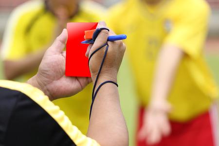Jugador de fútbol Árbitro falta registrado en el juego